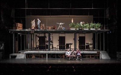 [ET-ENT 연극] '옥상 밭 고추는 왜'(1) 영화적 화면 분할과 전개, 드라마적 에피소드와 등장인물 관계