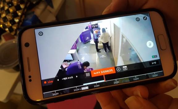'보이는 이사'의 시스템은 이사 현장 주요 장소(안방, 주방, 거실)마다 CCTV를 설치한 후, 고객의 스마트폰과 연동해 진행 과정을 실시간으로 중계해 준다. 촬영된 영상은 이사당일 제한 없이 시청이 가능하며 놓친 화면은 돌려 볼 수도 있다. 사진=보이는 이사 제공