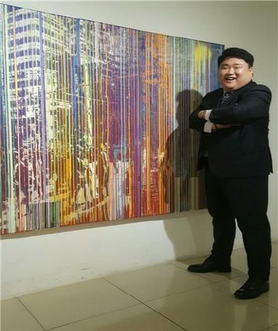 한국사회공헌협회 국도형 회장이 자신의 사이즈와 비슷하다며 한 미술작품 앞에서 포즈를 취하고 있다. 사진=전자신문엔터테인먼트 제공