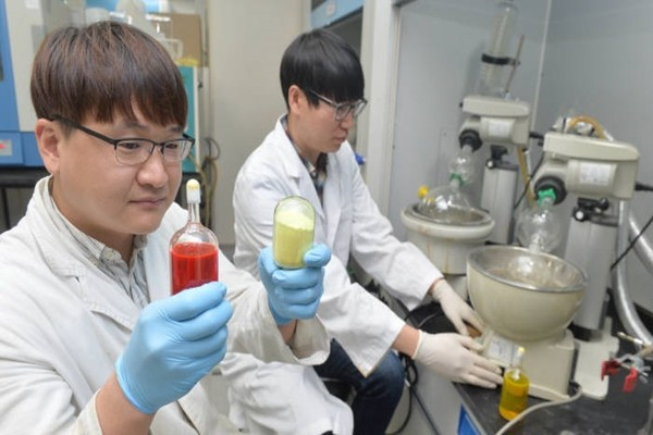A researcher of Material Science, which developed OLED materials with its own technologies, is removing solvent from a final compound and is concentrating it.  Staff Reporter Park, Jiho | jihopress@etnews.com