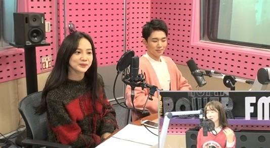 윤승아, 오승훈과 새침한 표정 돋보이는 영화 셀프 홍보 사진 '눈길'