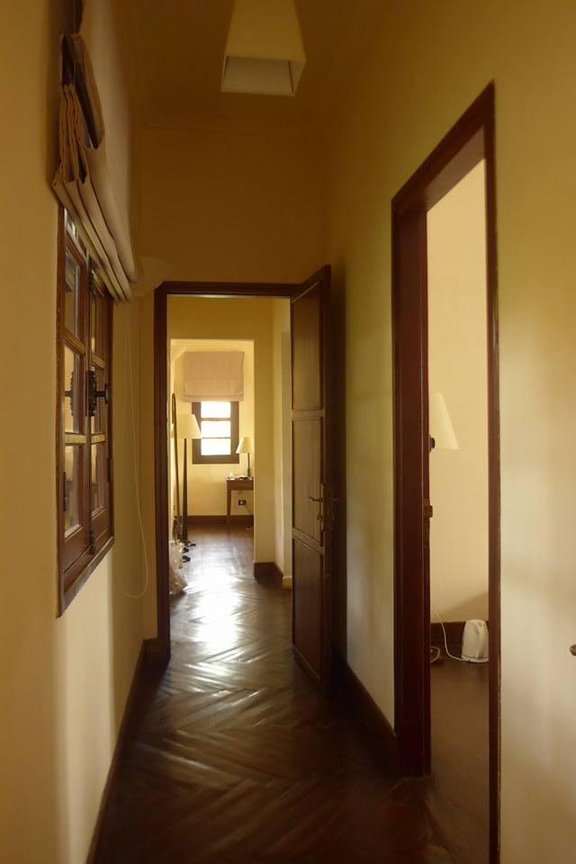 욕실을 가운데 두고 거실과 침실이 분리