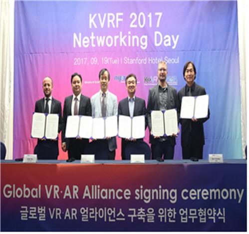 정보통신산업진흥원은 최근 상암 DMC에서 개최된 `코리아 VR 페스티벌(KVRF) 2017`을 계기로 가상현실(VR) 분야 수출과 투자유치가 크게 활성화되고 있다고 31일 밝혔다. 사진=정보통신산업진흥원 제공