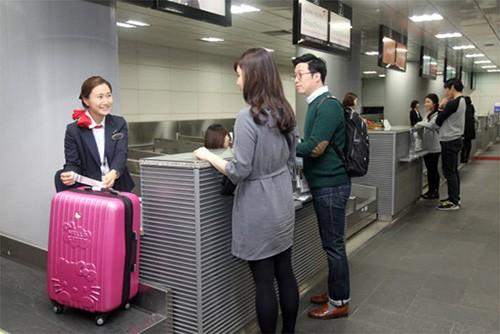 顾客们正在首尔站市区机场客运站办理early check-in手续。
