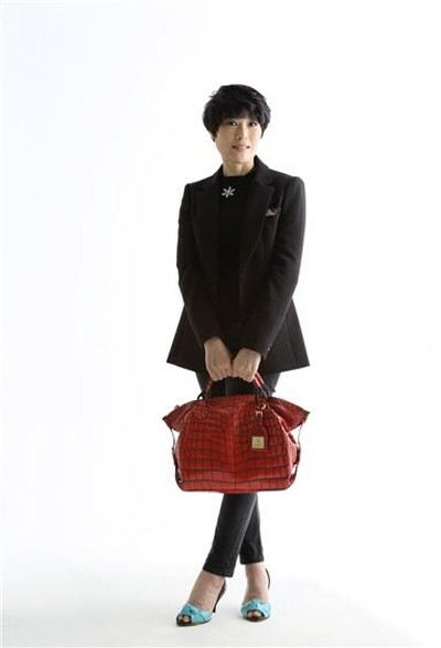 엘리체 김연숙 대표가 본인 회사에서 직접 만들어진 프레스티지 엘리체 가방을 들고 본인이 직접 모델로서 프로필 사진을 촬영한 모습. 사진=엘리체 김연숙 대표 제공