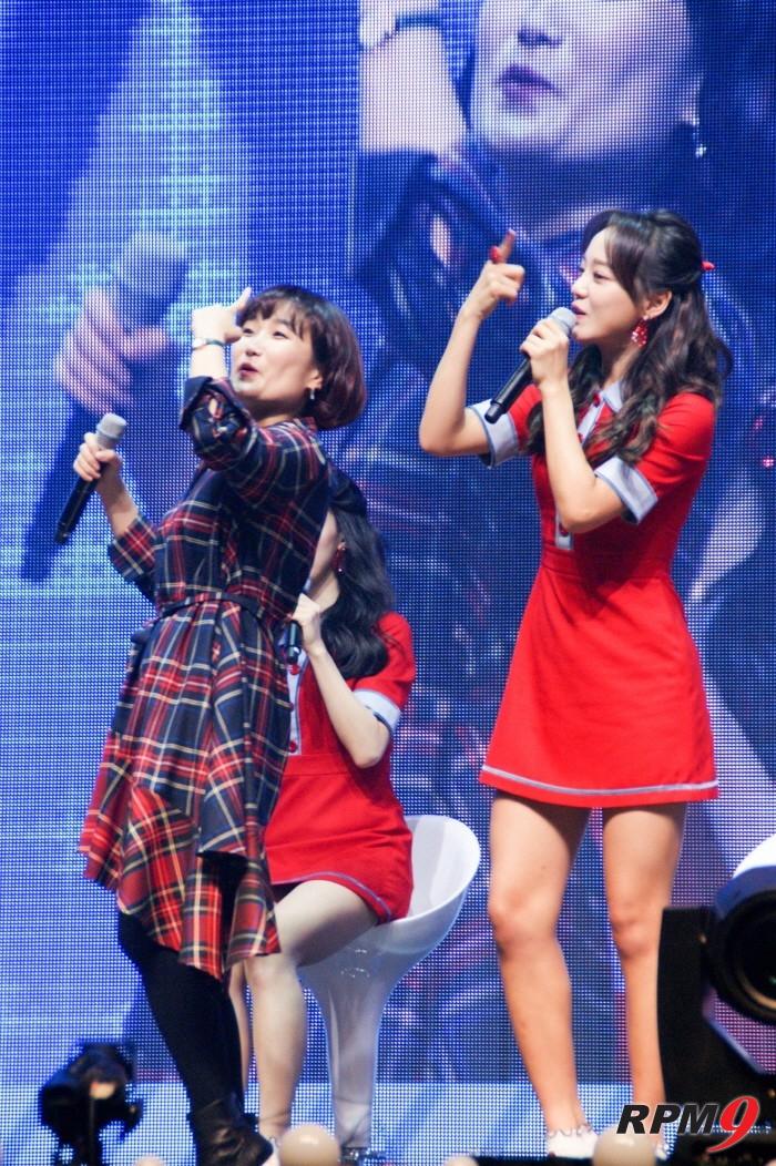 8일 오후 서울 광진구 예스24 라이브홀에서는 그룹 구구단의 새 싱글앨범 '초코코 팩토리(Chococo Factory)' 발매기념 쇼케이스가 개최됐다. 방송인 박경림과 구구단 세정이 댄스따라잡기를 하고 있다. (사진=박동선 기자)