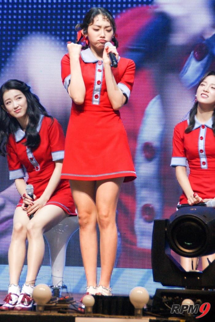8일 오후 서울 광진구 예스24 라이브홀에서는 그룹 구구단의 새 싱글앨범 '초코코 팩토리(Chococo Factory)' 발매기념 쇼케이스가 개최됐다. 멤버 나영, 미나가 드라마 '학교2017'에 출연한 멤버 세정의 애교연기를 따라하고 있다. (사진=박동선 기자)