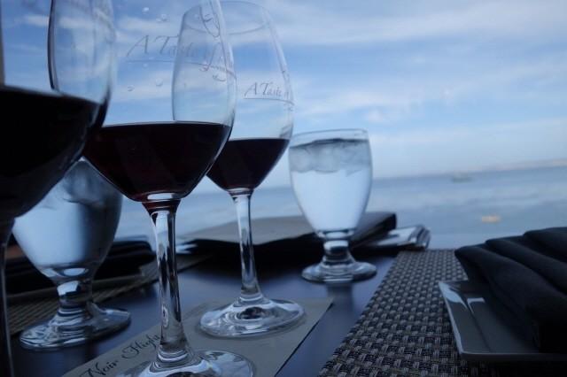 실리콘밸리 출장에서 만난 멋진 유리 와인잔, 와인, 투명한 바다, 파란 하늘. 몬테레이 캐너리 로 통조림공장 개조 와인바