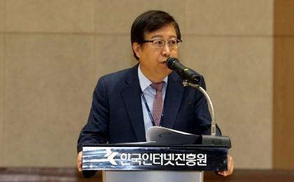 한국인터넷진흥원(KISA)은 지난 11월 13일 한국인터넷진흥원 나주청사 대강당에서 김석환 제5대 원장 취임식을 열었다고 밝혔다. 김 원장이 취임사를 하고 있다. 사진=한국인터넷진흥원 제공