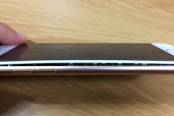 Kim Min-cheol (37 years old), who lives in Ulsan-si, announced through its interview with The Electronic Times on the 14th that he exchanged his old iPhone 8 that he purchased earlier this month with a new iPhone 8 at an Apple AS (After Service) center due to swelling battery problem.  Picture of his iPhone 8's swollen battery