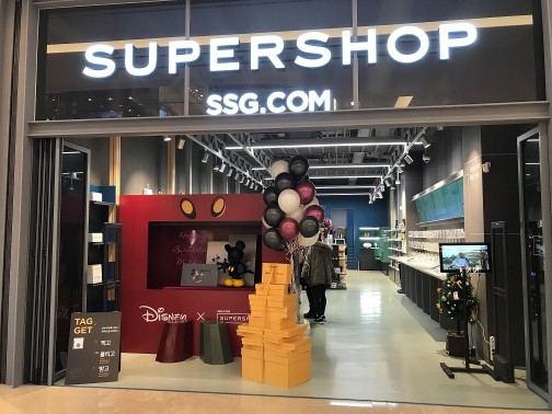 미키마우스의 인기를 방증하듯 올해로 국내에서 두 번째로 진행되는 미키마우스 생일 행사에 유통은 물론 영화와 금융업계까지 동참해 눈길을 끌고 있다. 사진=신세계몰 제공