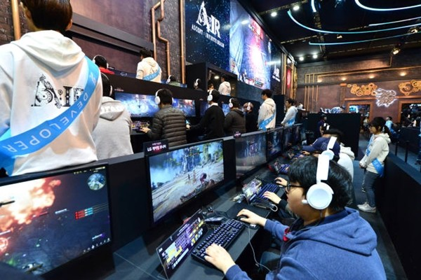 Spectators who are enjoying an online game called 'Air' at G-STAR 2017.  Staff Reporter Yoon, Sunghyeok | shyoon@etnews.com