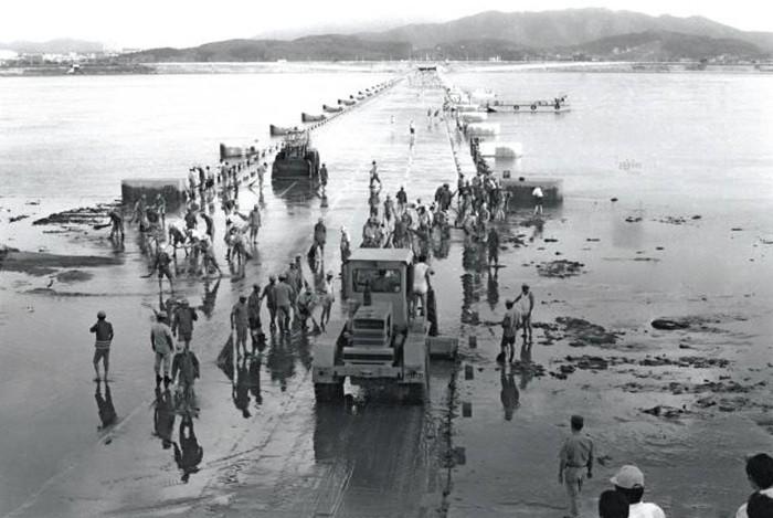 1976년 물에 잠긴 잠수교. 상단에 반포대교를 건설하기 전이다. - 서울시 제공