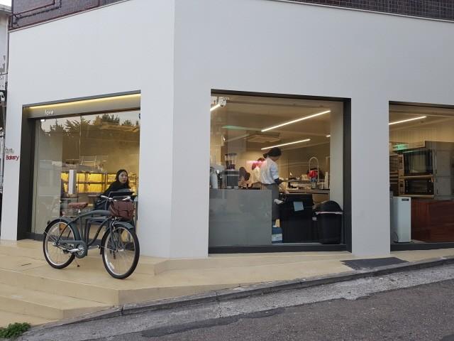 간판을 크게 걸지 않고 제품과 서비스 본질을 더 강조하는 카페