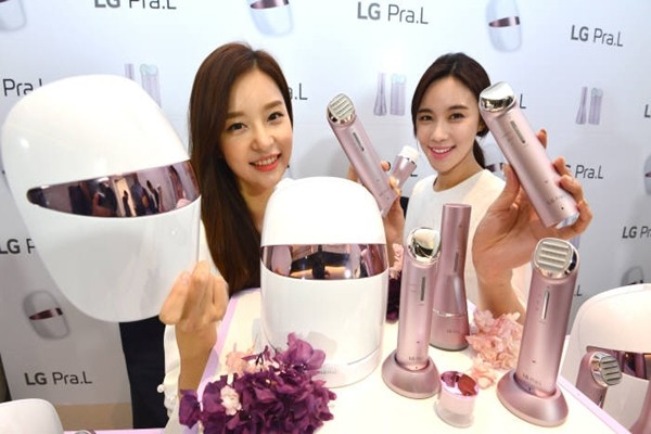 LG Electronics' models are introducing home beauty appliance 'LG Pra.L'.