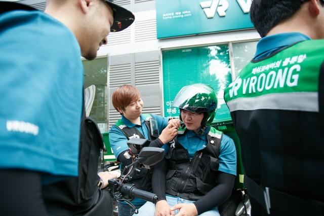 부릉 스테이션 앞에서 휴식을 취하고 있는 실제 부릉 배송기사님들의 모습