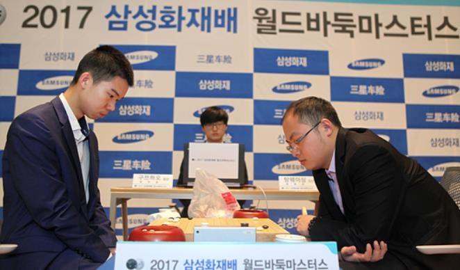 구쯔하오 5단(왼쪽)이 결승3번기에서 탕웨이싱 9단을 2-1로 꺾고 2017 삼성화재배 월드바둑마스터스 우승을 차지했다.