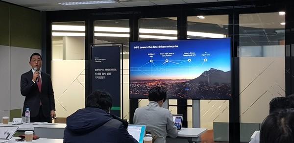 함기호 한국HPE대표가 하이브리드IT 구축을 위한 다양한 장비와 솔루션의 빅픽처를 소개하고 있다 사진=이재구기자