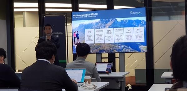 신용희 한국HPE 플랙서블 커패시티 담당 이사가 12일 열린 기자간담회에서 HPE의 그린레이크 서비스의 이점을 소개하고 있다. 사진=이재구기자