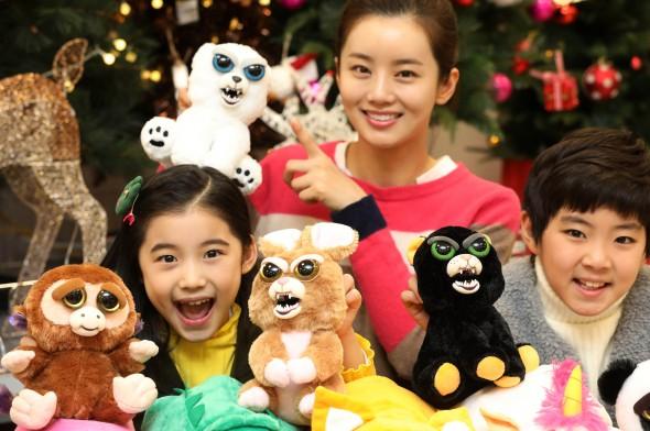 이마트 용산점에서 모델들이 크리스마스 시즌을 맞아 표정이 변하는 반전 인형 '앵그리 펫'과 아래를 뒤집으면 다른 동물로 변하는 '플립 어 쥬'를 선보이고 있다. 사진=이마트 제공