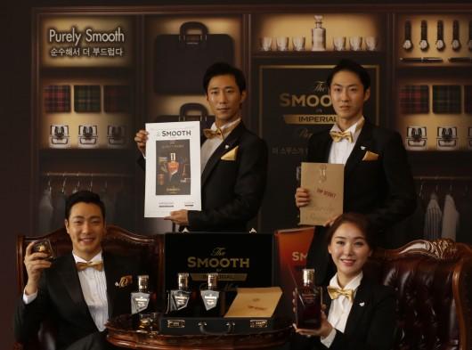 18일 서울 더 플라자 호텔에서 진행된 '더 스무스 바이 임페리얼' 출시 행사에서 모델들이 임페이얼 최초의 17년산 퓨어 몰트 저도주 '더 스무스 맨'으로 등장해 제품을 소개하고 있다. 사진= 페르노리카 코리아 제공