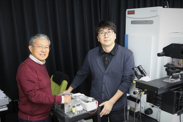 Professor Moon Dae-won (left) and a research fellow Kim Jae-young who developed high resolution mass spectrometric imaging system that can obtain high resolution mass spectrometric imaging of living bio-samples in atmospheric environment