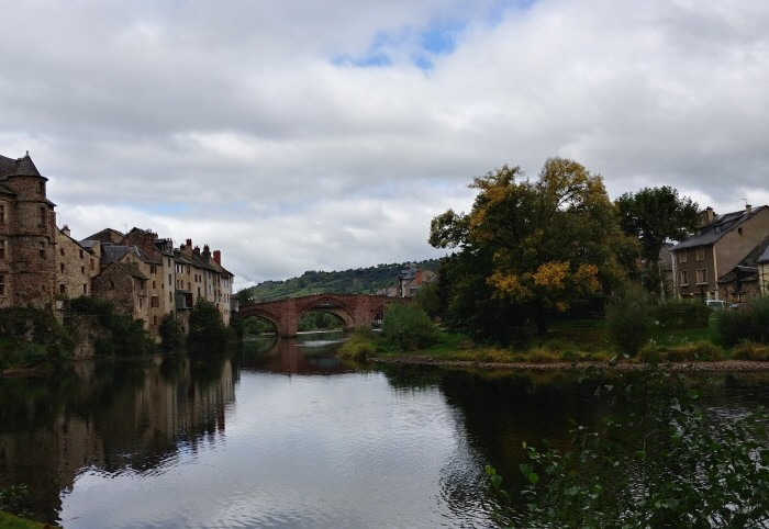 에스팔리옹의 고딕식 다리와 도시 풍경
