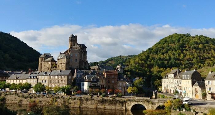 에스탱 은 프랑스에서 가장 아름다운 마을 중 하나로 지정되어 있다.