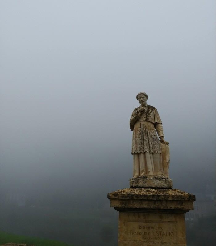 마을 입구 다리(Pont d'Estaing) 위의 에스탱 주교의 상.