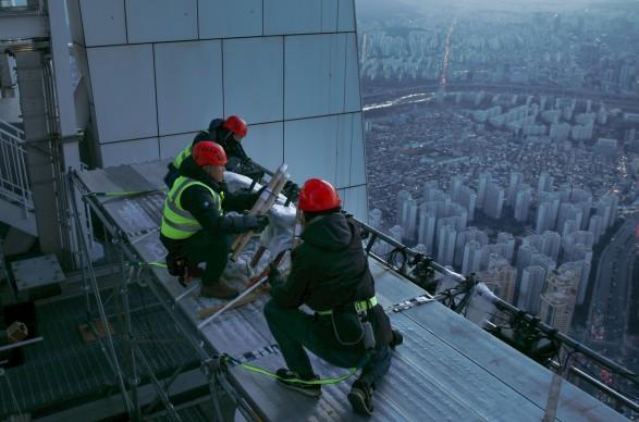 롯데월드타워 작업자들이 카운트다운과 함께 서울 하늘을 수놓을 불꽃을 설치하고 있다. 사진=롯데물산 제공