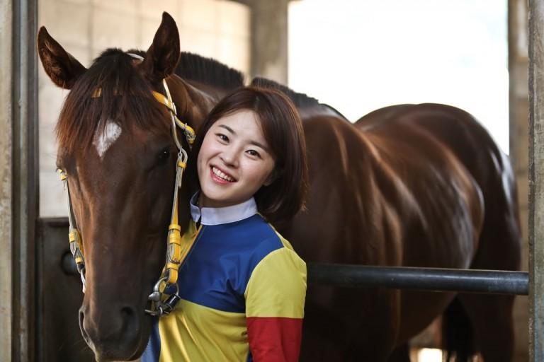 한국경마상 최초 여성기수 대상경주 우승을 달성한 김혜선기수와 제주의하늘