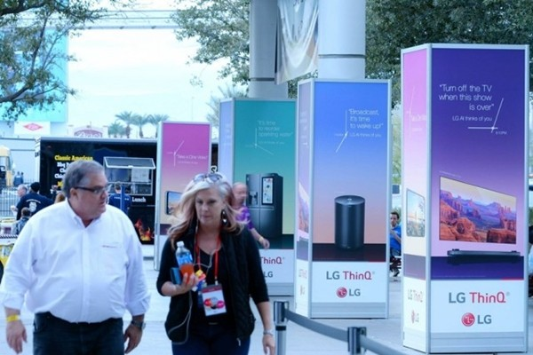 'CES 2018' is going to be held at Las Vegas Convention Center from the 9th until the 12th.  LG Electronics introduced exterior advertisement of its global AI brand called 'LG ThinQ' at CES 2018 before its opening.