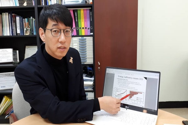 Professor Shin In-sik of Computer Science Department is explaining the theory behind low-power mobile browsing technology.