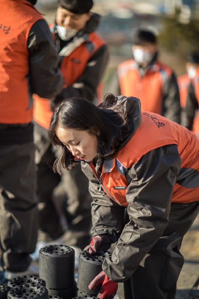 한국타이어 신입사원, 연탄나르기 봉사로 나눔활동 첫걸음