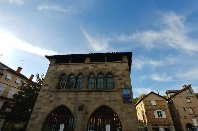 피자크의 관광 사무소 내부와 외부 전경