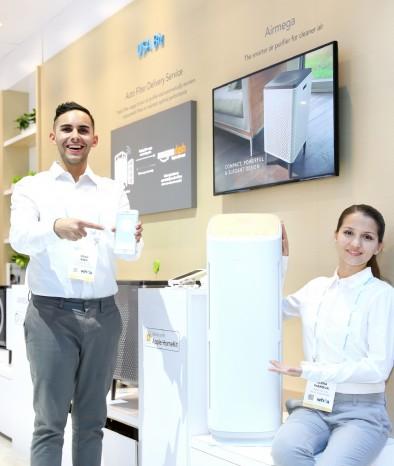 코웨이 모델들이 세계 최초로 공기청정기에 애플 스마트 플랫폼인 홈킷(Home Kit)을 연동한 '코웨이 Tower' 공기청정기를 소개하고 있다. 사진=코웨이 제공