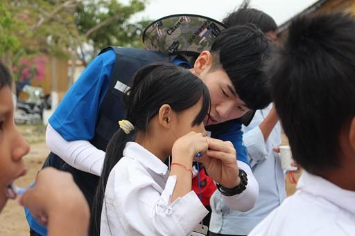 선문대학교봉사단이 캄보디아 어린이들에게 유디치과에서 후원한 구강용품으로 올바른 칫솔질 교육을 하고 있다. 사진=유디치과 제공