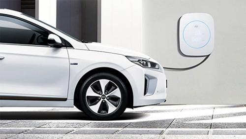 使用专用充电器进行充电的现代汽车IQNIQ ELECTRIC。