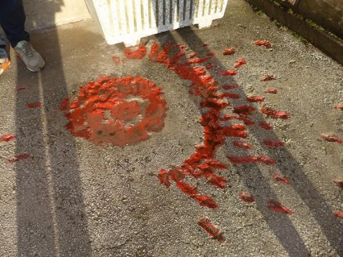 폭탄자국에 붉은 페인트를 부은 사라예보의 장미