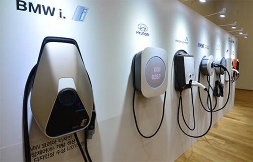 由韩国环境部提供补助的韩国电动汽车充电器。为降低产品单价,以前的立式充电器正逐渐消失,取而代之的是功能最少化的壁挂式产品。