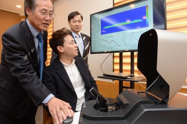 지난 2016년 11월 이동학 코코링크 사장(사진 맨 오른쪽)이 서울대 호암관에서 기자간담회를 열고 HPC를 이용한 초고속 OLED시뮬레이션 시스템을 시연해 보이고 있다. 김장주 서울대 공대 교수팀과 공동 개발한 이 시스템은 45%대 효율의 OLED 소자를 2주 내에 개발할 수 있도록 지원해 준다. 사진=박지호기자 jihopress@etnews.com