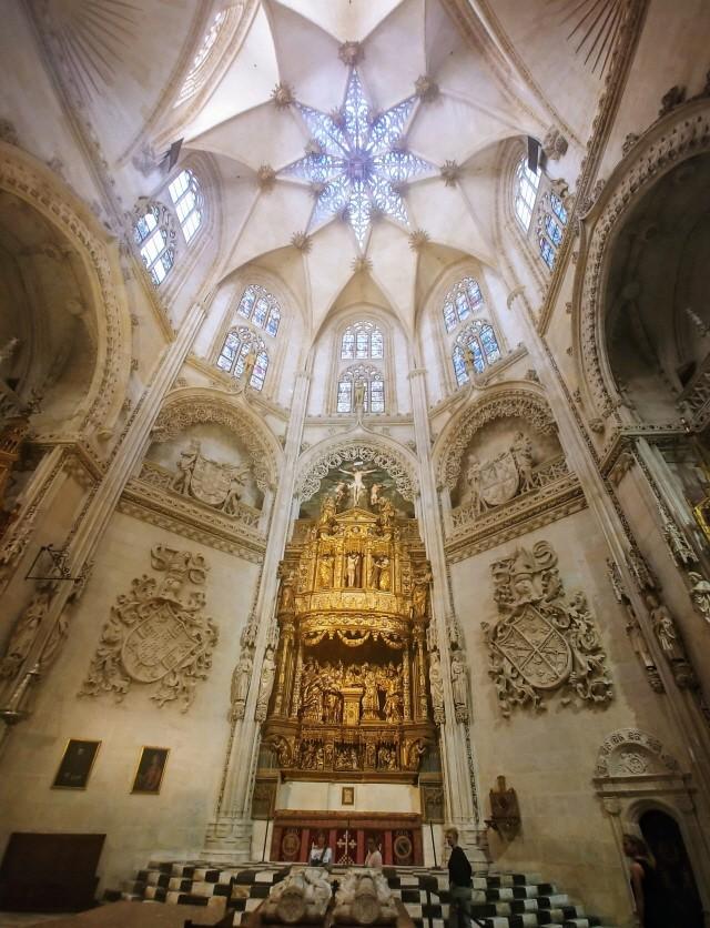 엘 시드 캄페아도르 부부의 묘는 대성당 천정에 있는 별 모양 채광창 아래에 있다.