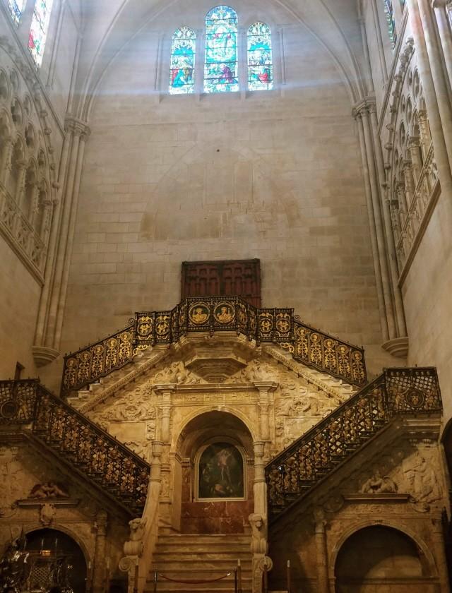 이탈리아의 천재 건축가 디에고 데 실로에의 황금 계단.
