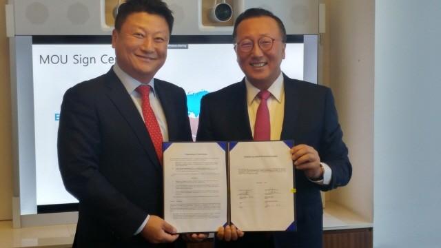 (왼쪽부터 김홍태  테크데이타/블루원 회장, 조범구 시스코 코리아 대표)
