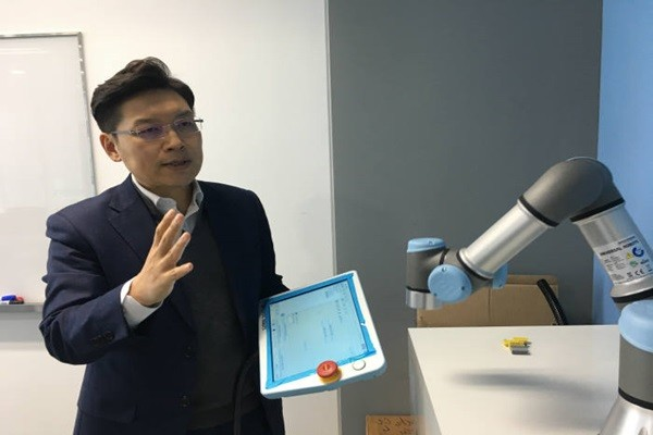 Director Lee Yong-sang of Universal Robot's South Korea Business Headquarters is operating Universal Robot's collaborative robot.