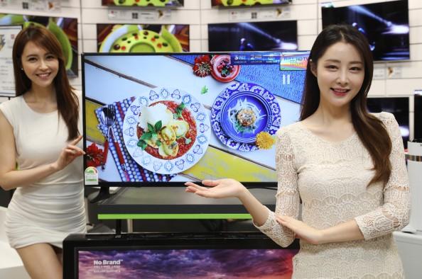 이마트는 오는 8일부터 전 점포에서 노브랜드 43인치(대각선 길이 107㎝) 풀HD TV를 30만원도 안되는 가격(29만9000원)에 판매한다고 5일 밝혔다. 일렉트로마트 영등포점에서 모델들이 풀HD 노브랜드 43인치 TV 신제품을 선보이고 있다. 사진=이마트 제공