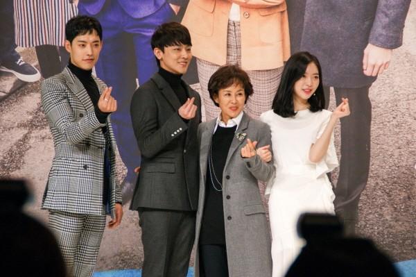 6일 서울 영등포구 타임스퀘어 아모리스홀에서는 오는 12일 오전 9시 방송될 KBS2 TV소설 '파도야파도야' 제작발표회가 개최됐다. (왼쪽부터) 정헌, 장재호, 이경진, 조아영 등 주요배우들이 포토타임에 응하고 있다. (사진=박동선 기자)