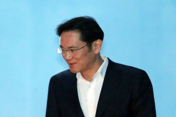 Vice-Chairman Lee Jae-yong of Samsung Electronics was released on the 5th after 353 days of imprisonment as he received 2 and 6 months of imprisonment and 4 years of probation during a second appeal trial.  Picture of Vice-Chairman Lee leaving Seoul High Court on the 5th.
