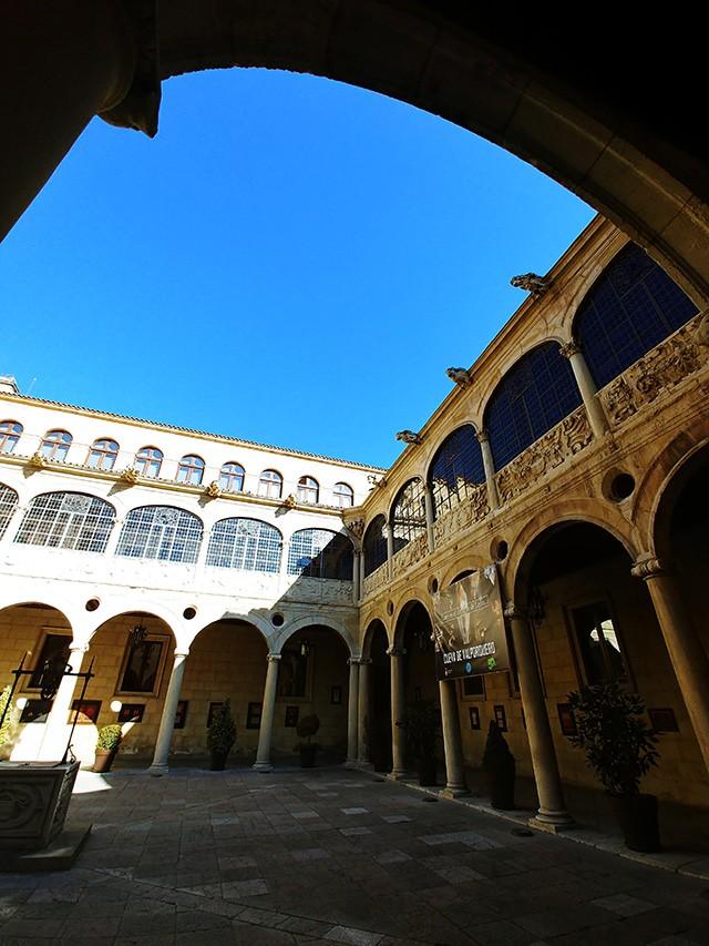 현재 의회 건물로 사용하고 있는 로스 구스마네스(Palacio de los Guzmanes) 저택