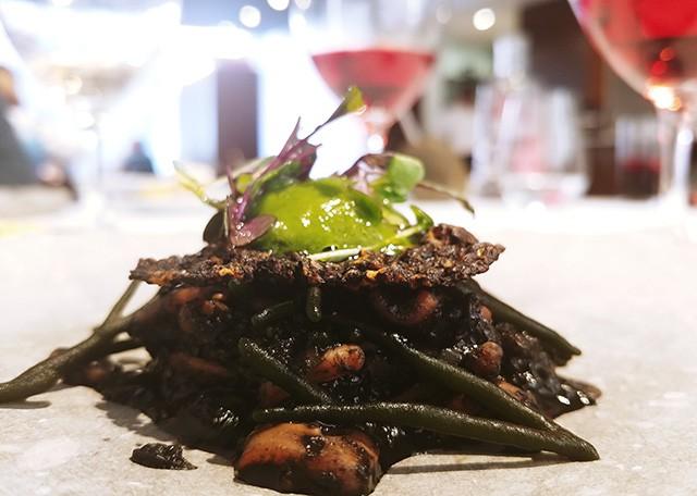 오징어와 쌀 크래커를 곁들인 바질, 청각 해초, 칠리 볼(Chili Balls) 샐러드.